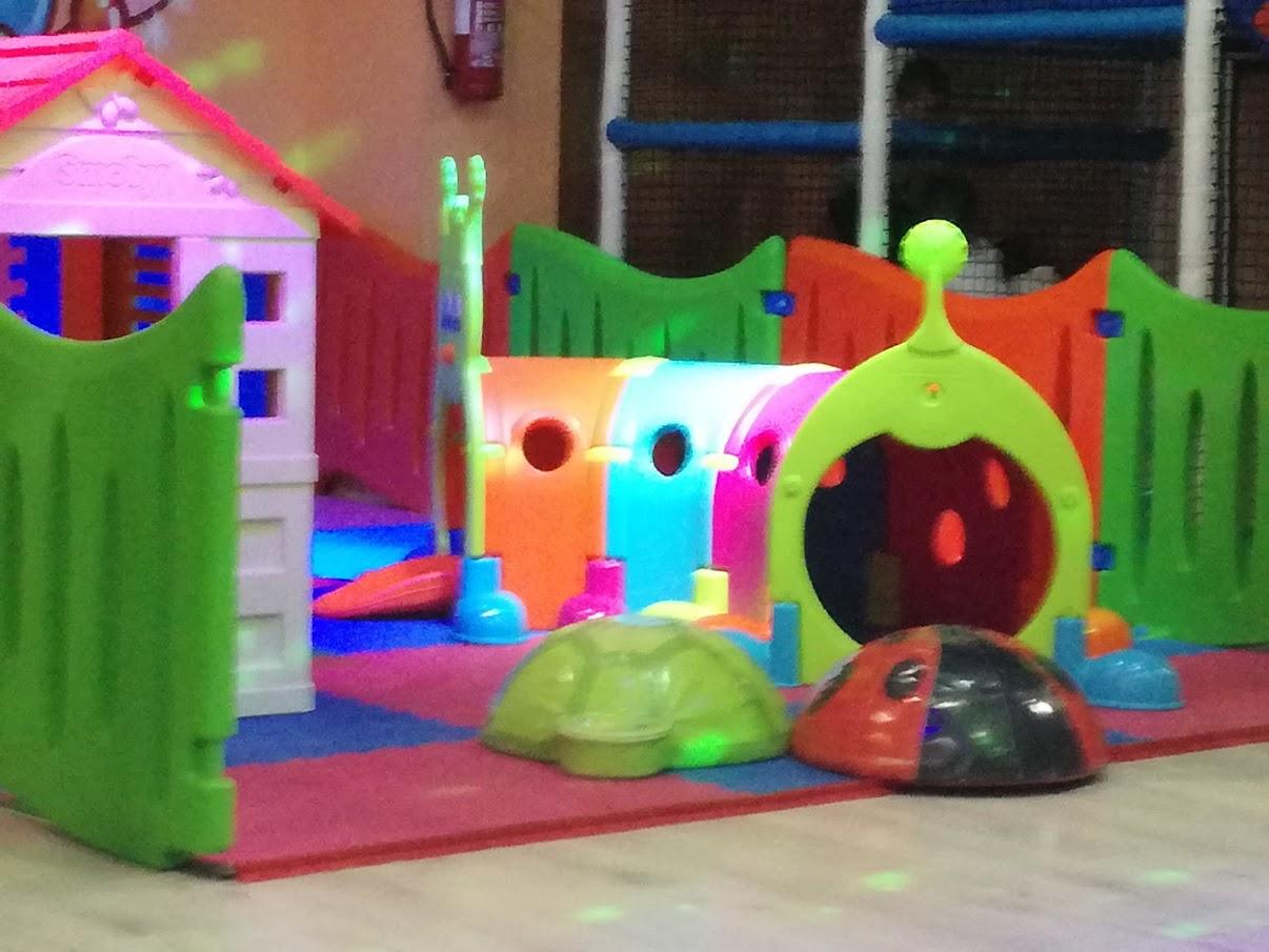Parco giochi coperto Roma Junior Village - area 0 - 3 anni parco giochi coperto - gonfiabili - ristorante bambini roma - pinseria Roma - schiuma party